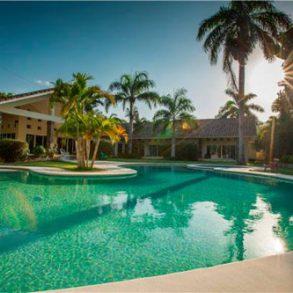 Luxus Villa mit 4 Schlafzimmern und Pool in exklusiver Villenanlage