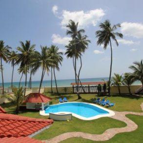 Eindrucksvolle elegante Villa mit Gästehaus in erster Meereslinie