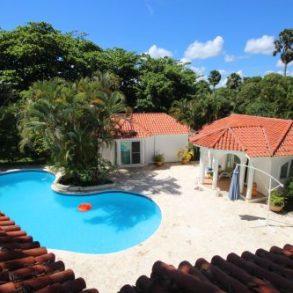 Villa mit 2 Gästehäusern und Schwimmbad an einem schönen Strand