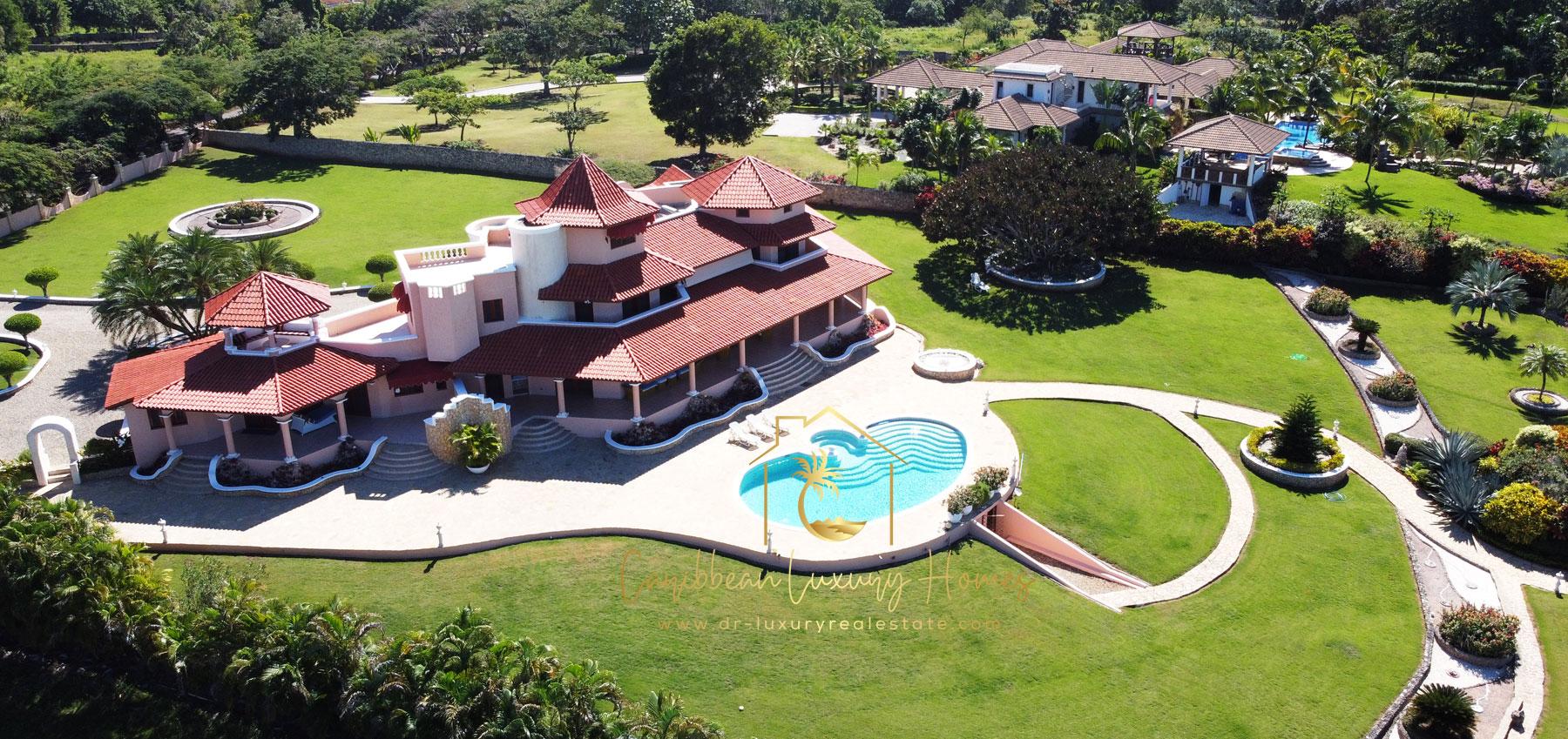 Luxus-Villa mit 5 Schlafzimmer in einer exklusiven Anlage